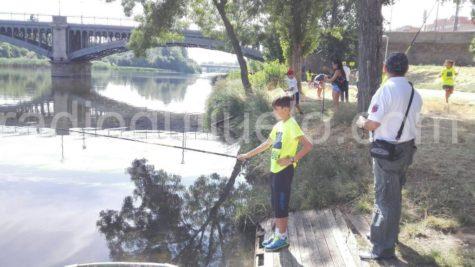 Joven pescando en el rio Tormes