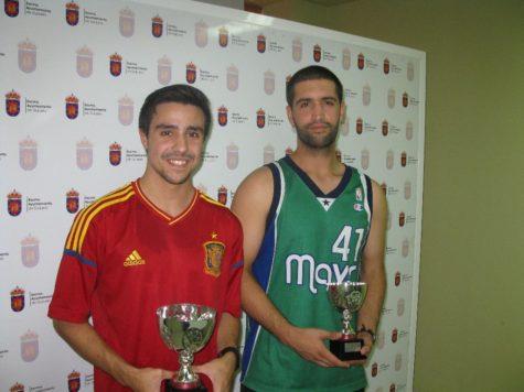 Daniel Hérraez y Ángel Fuentes recogiendo sus trofeos.