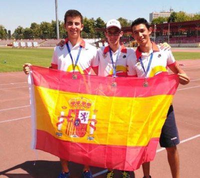 Carlos Iglesias juntoa sus compañeros.