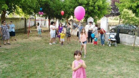 Vecinos disfrutando del parque. Foto Ayto Aldeavieja