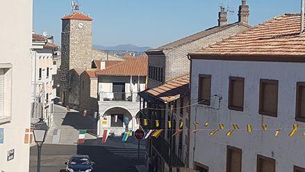 Los banderines de Fiestas ya lucen en Ledrada. Foto Ayto. Ledrada.