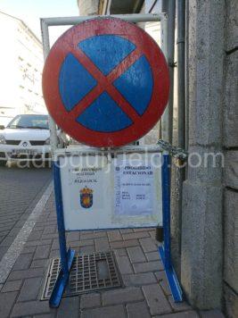 Señal de prohibido estacionar en la calle Pedro Flores.