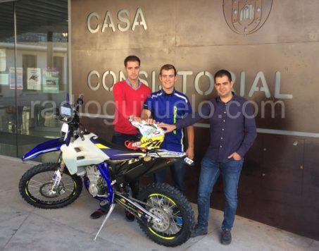El teniente de alcalde, Ángel Picado, el piloto Lorenzo Santolino y el concejal de Deportes, Carlos Arasa.