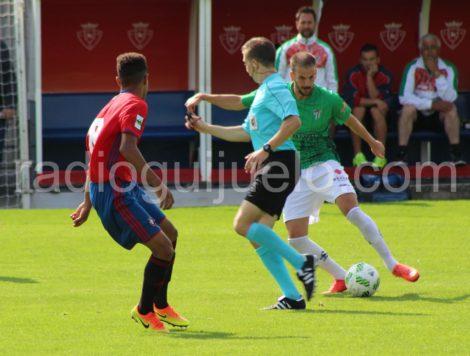 Raúl Ruiz en el Tajonar ante un jugador del Osasuna B.