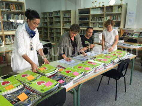 Reparto de libros del Programa Releo en el IES Vía de la Plata.
