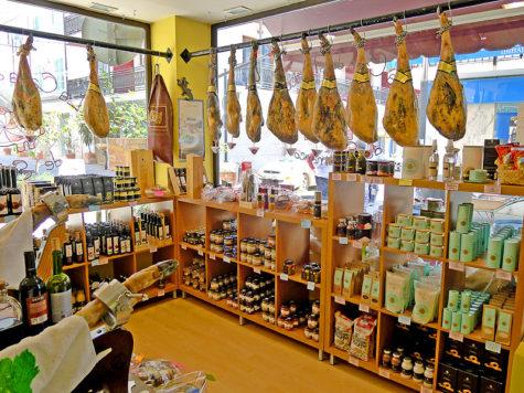 Una tienda de jamones y embutidos. Foto ibiza5sentidos