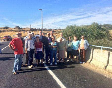 Vecinos de La Tala en la nueva carretera. Foto Diputación de Salamanca