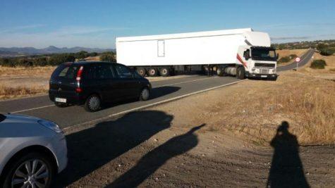 Un camión se atasca en Bercimuelle. Foto La Gaceta.