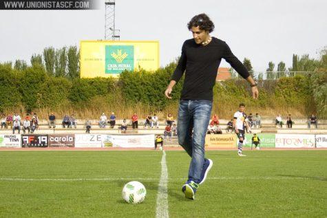 David Alejandro realizando el saque de honor en las Pistas del Estadio Helmántico. Foto Unionistas