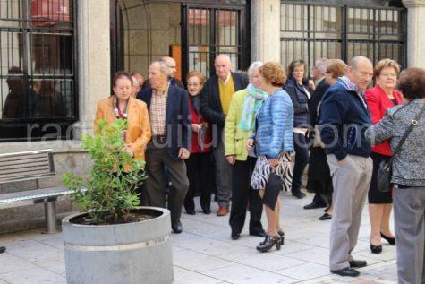 Miembros del Hogar del Jubilado saliendo de la Iglesia Parroquial en la fiesta de su aniversario