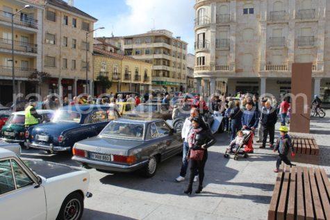 II edición de vehículos antiguos en la plaza Mayor.