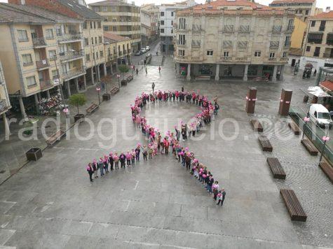 Lazo humano con motivo del día mundial contra el cáncer de mama.