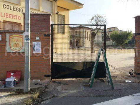 Puerta de entrada al colegio Filiberto Villalobos.
