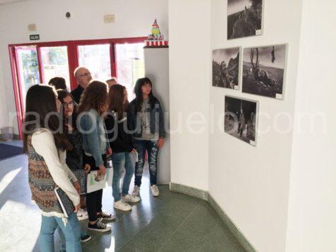 Alumnos del IES viendo la exposición 'Pastores' en el Centro Cultural.