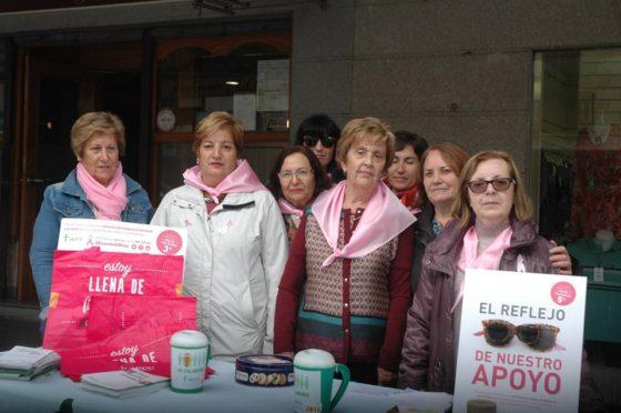 Mesa informativa en la plaza Mayor en el Día Mundial del cáncer de mama.