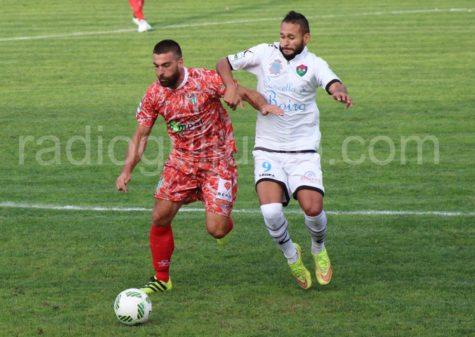 Carles Marc ante un jugador del Boiro.