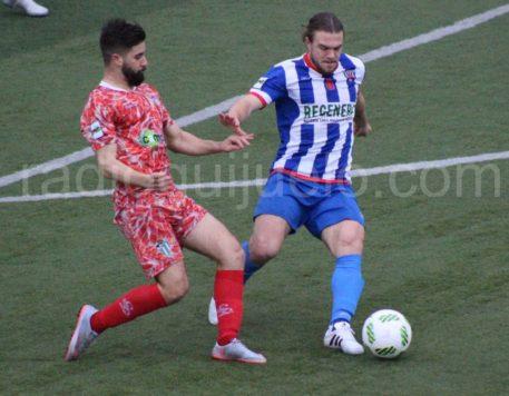 Néstor Gordillo ante un jugador del Izarra