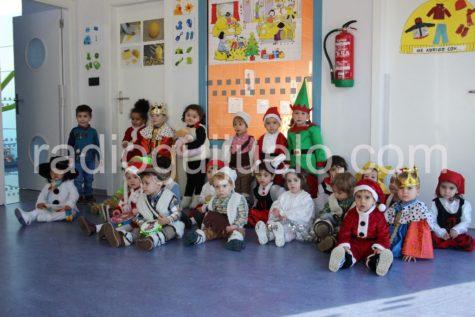 Grupo de niños de la guardería en la Fiesta
