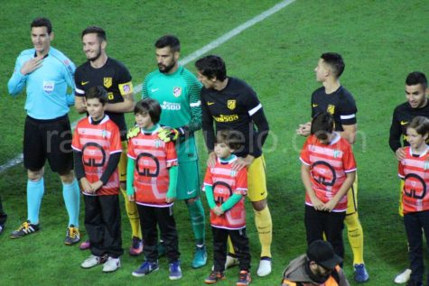 Chicos de la cantera con los jugadores del Atco. de Madrid