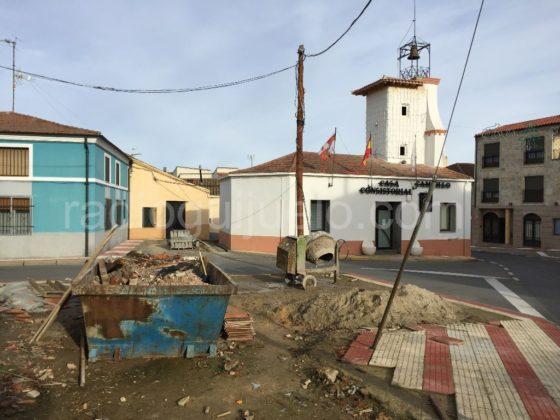 Obras en la plazoleta de la Casa Consitorial de Campillo.