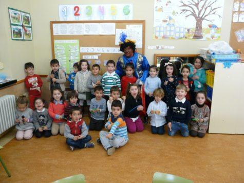 El Paje Real visita una de las aulas del Filiberto. Foto CEIP Filiberto