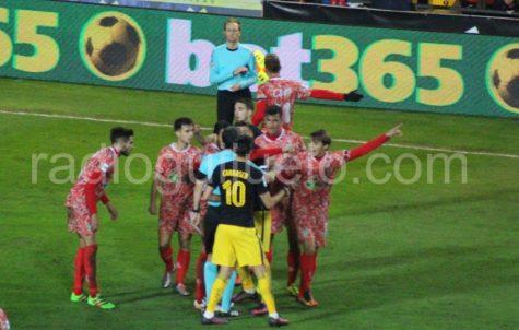 Un momento del partido entre el C.D. Guijuelo y el Atco. de Madrid.