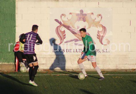 Jonxa Vidal ante un jugador del Palencia en el Municipal