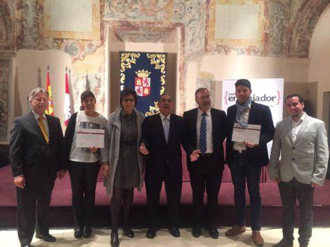 Los directores de los colegios Miguel de Cervantes y Filiberto Villalobos reciben el diploma Save the Children. Foto Miguel de Cervantes