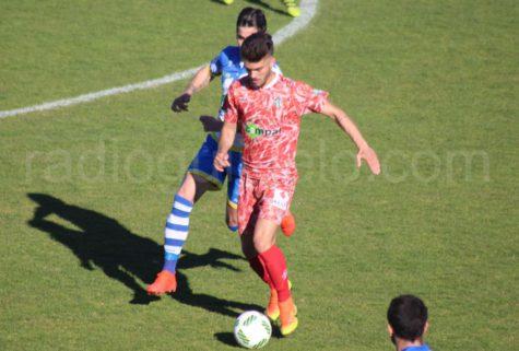 Álvaro ante un jugador de la Arandina en El Montecillo