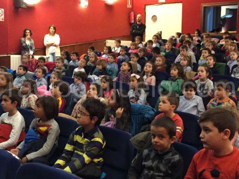 Alumnos del Filiberto Villalobos disfrutando de la actuación del grupo Mayalde en el Centro Cultural