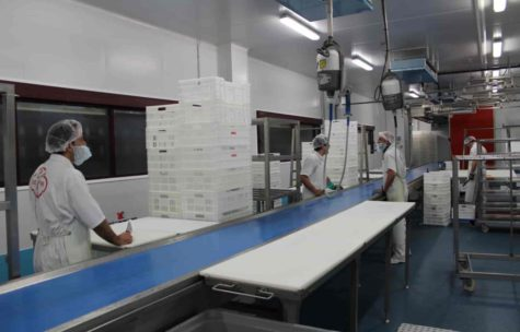 Trabajadores en una empresa de Guijuelo. Foto Beher