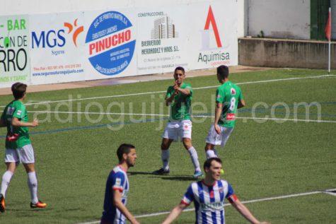 Pino autor de tres de los ocho goles ante el Izarra