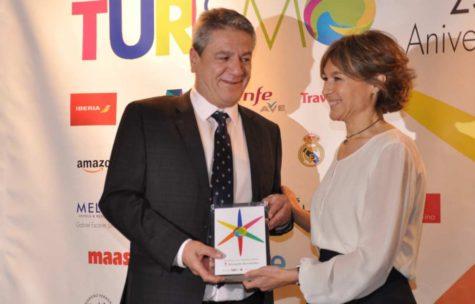 Bernardo Hernández recibe el premio de manos de la Ministra de Agricultura, Isabel García Tejerina. Foto Beher