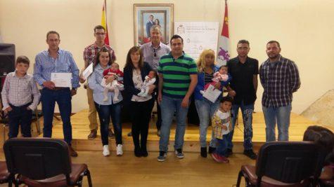 Entrega de tres cheques bebés en San Esteban. Foto Ayto. San Esteban