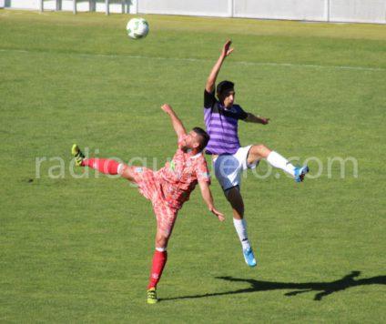 Carles Marc ante un jugador del Palencia en la Nueva Balastera