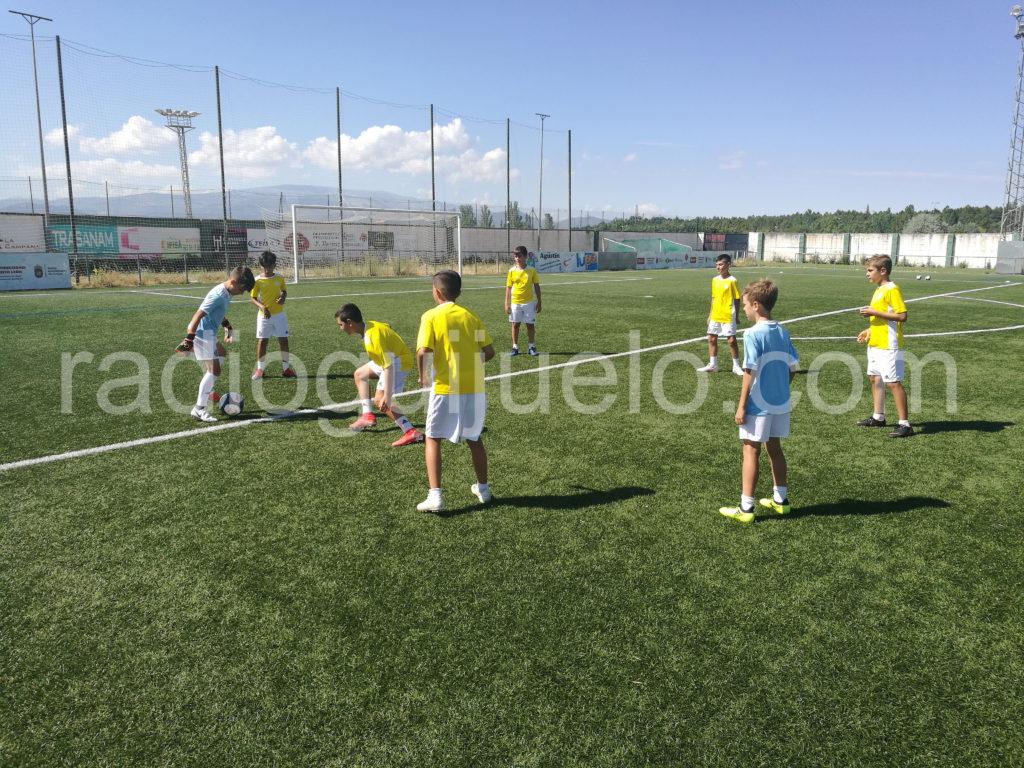 Niños participando en el I campamento de fútbol de la Fundación Real Valladolid