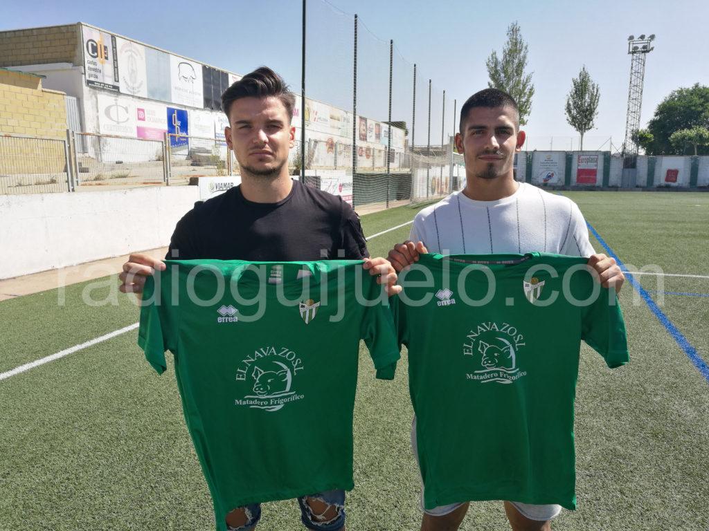 El defensa Dan Ojog y el portero Guille Vallejo con la camiseta del Guijuelo.