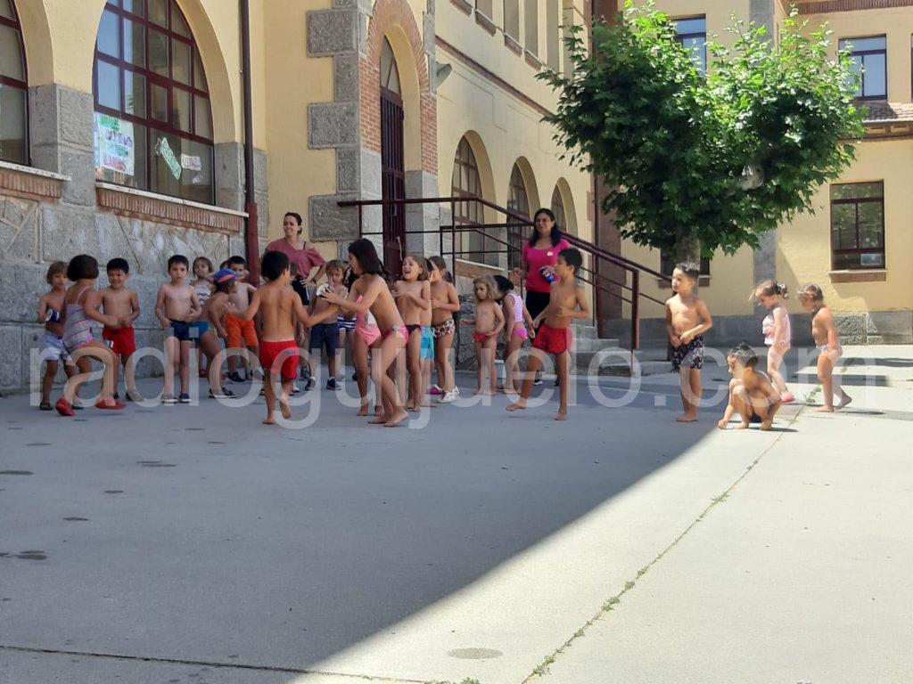Niños y niñas de las Semicolonias en la gymkhana de agua.