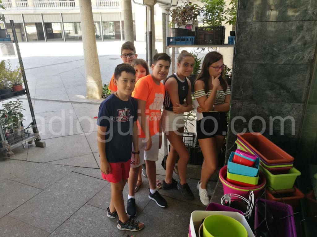 Jovenes participando en la gymkhana.