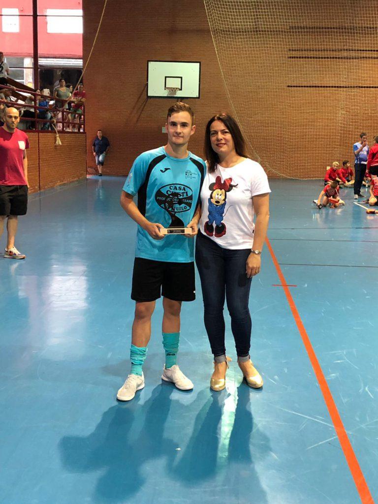 José Luis recibiendo el trofeo de mejor jugador del torneo.