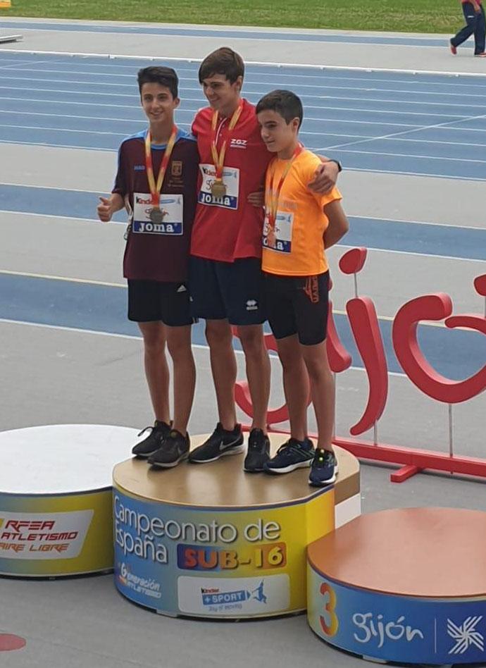 Javier Montero, a la izquierda, en el podium del campeonato de España sub 16.