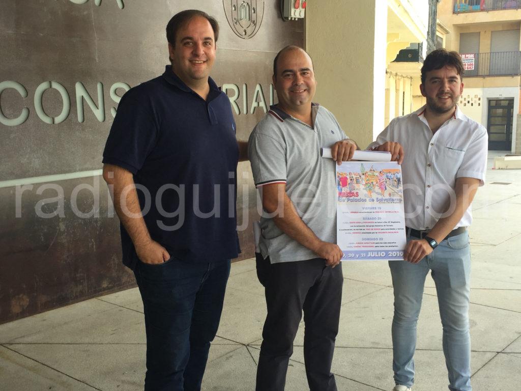 El alcalde pedáneo, Salvador Ingelmo, junto alcalde de Guijuelo, Roberto Martín y el concejal de Pedanías, Roberto Hdez Garabaya