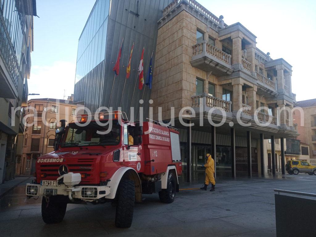 Bomberos desinfectando las calles de Guijuelo.