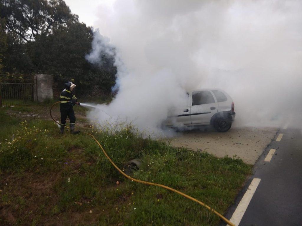 Bomberos sofocando el fuego de un vehículo. Foto Bomberos de Guijuelo.
