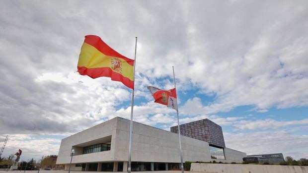 Banderas a media asta en las Cortes d Castilla y León. Foto abc.