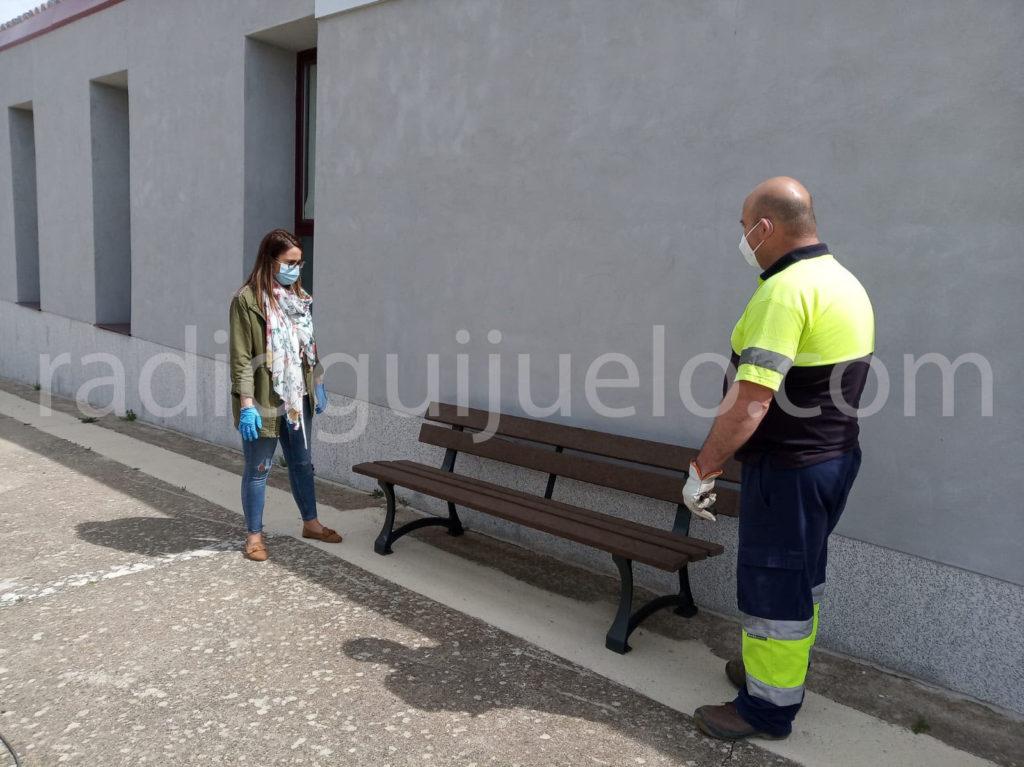 La concejala de Medio Ambiente, Laura Martín, junto a los bancos nuevos