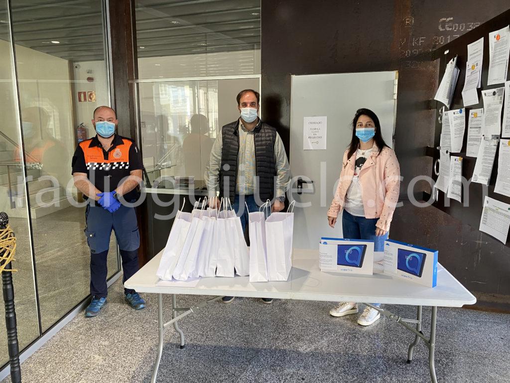 Momento de la entrega de tablets en el Ayuntamiento.