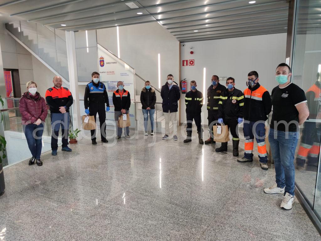 Los cuerpos de seguridad reciben el detalle de Viró Gastrobar.